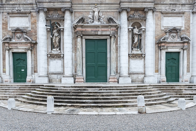 Basilica di santa maria in der eingangsfassade von porto in ravenna, italien