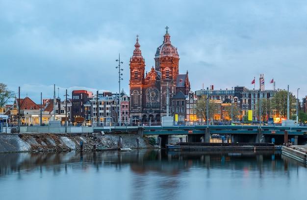 Basilika des heiligen nikolaus und skyline des alten stadtviertels blaue stunden amsterdam niederlande
