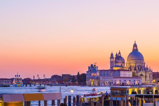 Basilika santa maria della salute in venedig, italien während des schönen sommertagessonnenuntergangs.