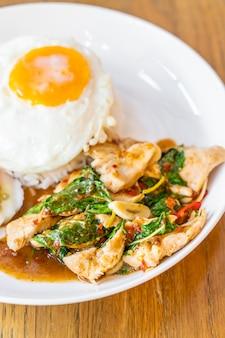 Basilikum fried chicken und spiegelei mit reis