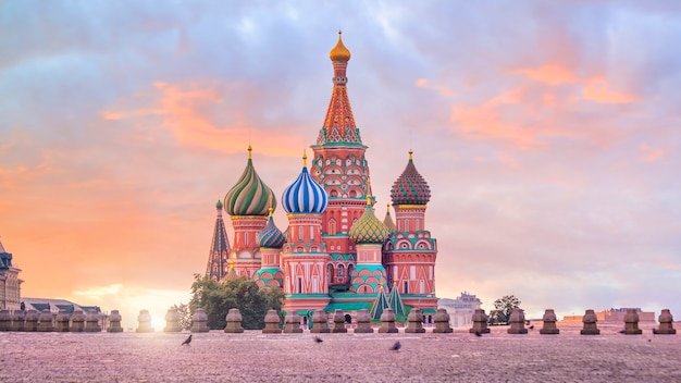 Basilius-kathedrale am roten platz in moskau, russland bei sonnenaufgang