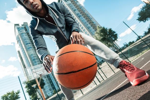 Basketball ball. nahaufnahme eines großen orangefarbenen balls in der luft, der während des basketballspiels verwendet wird