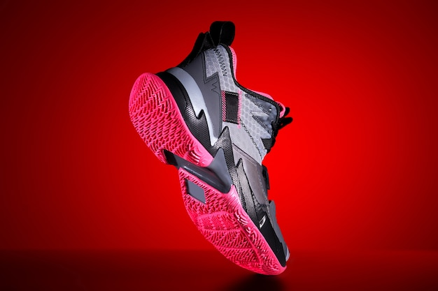Basketball graue turnschuhe in trendigem rotem neonlicht.