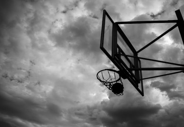 Basketball-rückwand mit einem ring auf der straße auf dem spielplatz vor dem hintergrund des himmels