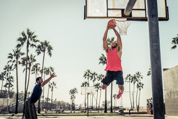 Basketball slam dunk auf einem kalifornischen platz