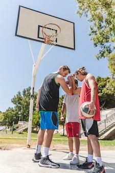 Basketball-spieler, der team spricht