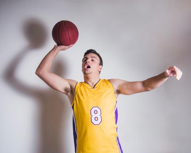 Basketball-spieler vorbei ball