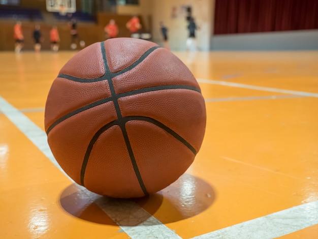 Basketballball auf dem platz mit freiwurflinie