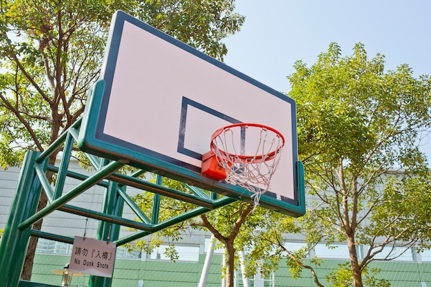Basketballbrett auf dem blauen himmel