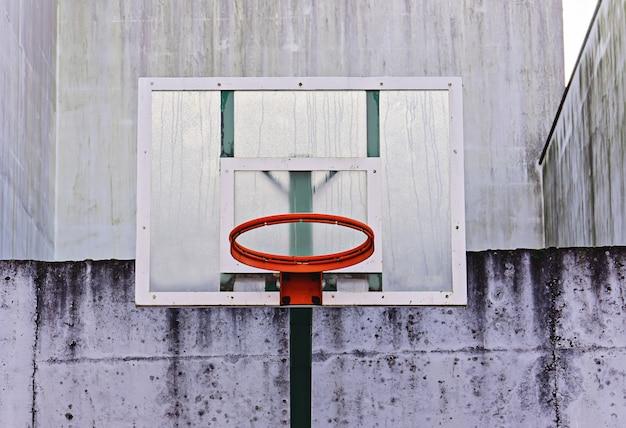 Basketballbrett mit reifen ohne netz im freien im grunge-stil