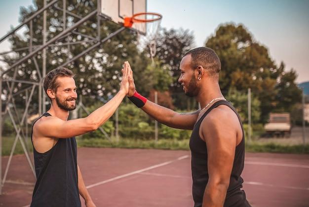 Basketballfreunde schlugen fünf vor dem spiel