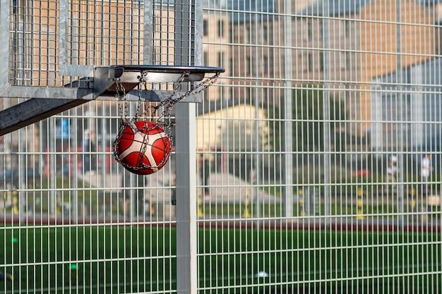 Basketballkörbe unterschiedlicher höhe auf einem öffentlichen sportplatz