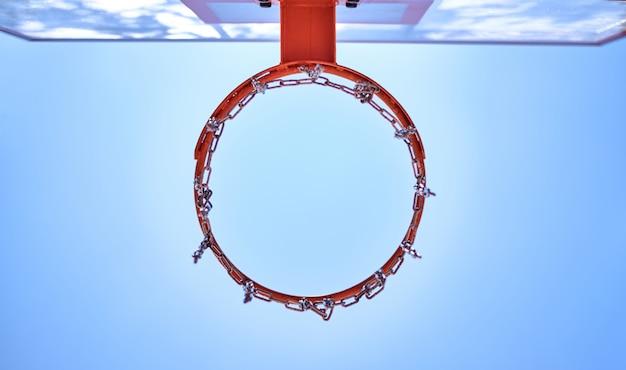 Basketballkorb von der abwärts gerichteten ansicht