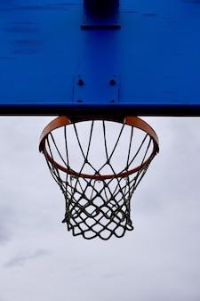 Basketballkorbsilhouette in der straße, straßenkorb in bilbao stadt spanien
