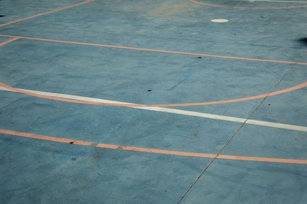 Basketballplatz zu spielen