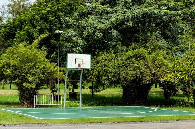 Basketballplatzboden im freien, der glatten und gemalten brunnenschutz im park poliert