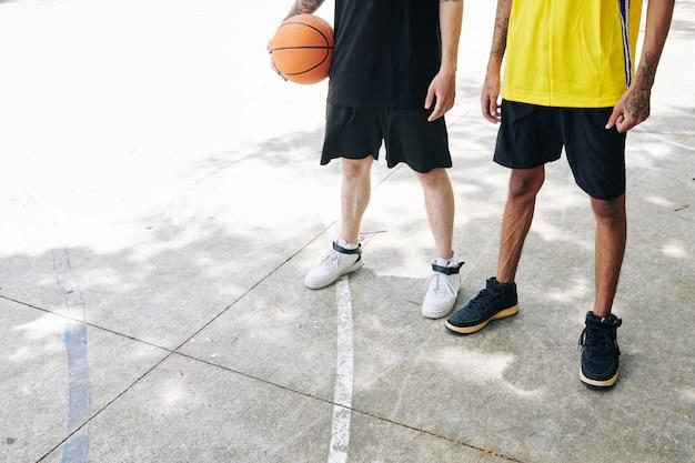 Basketballspieler auf asphaltplatz