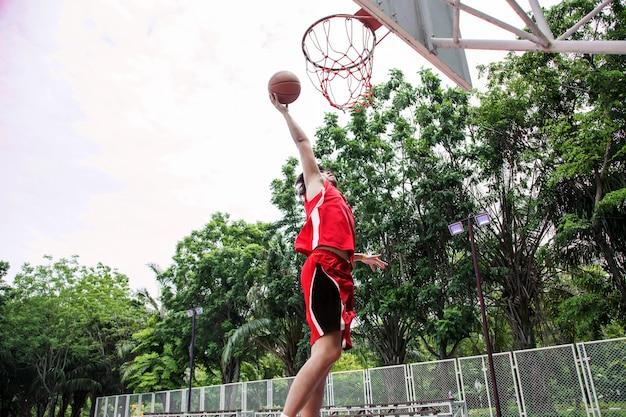 Basketballspieler auf dem platz