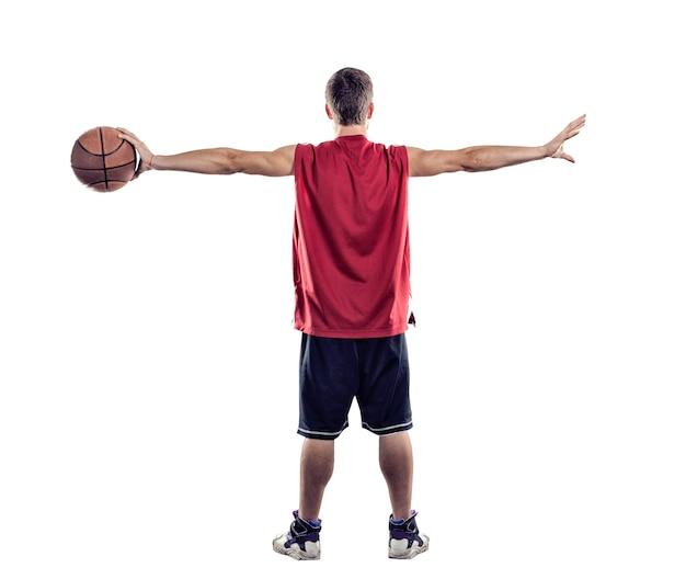 Basketballspieler, der mit dem ball in der hand zurück zur kamera steht, isoliert auf weißem hintergrund