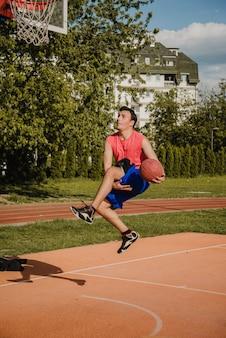 Basketballspieler, der trick springt