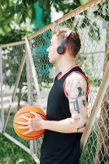 Basketballspieler, der während der pause ruht
