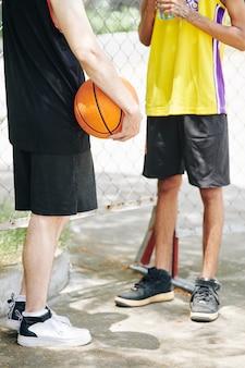 Basketballspieler diskutieren spiel