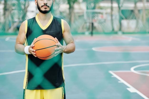 Basketballspieler hält ball