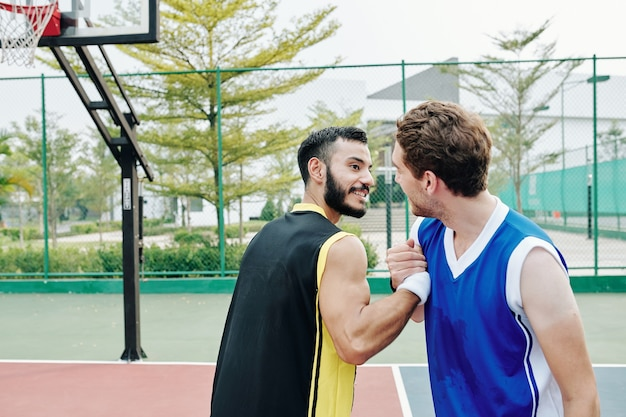 Basketballspieler händeschütteln