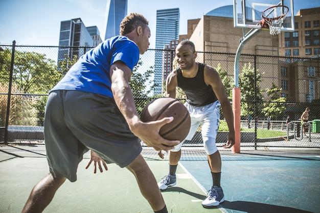 Basketballspieler im freien spielen