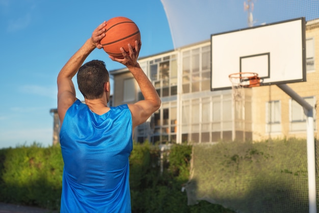 Basketballspieler im freiwurf.
