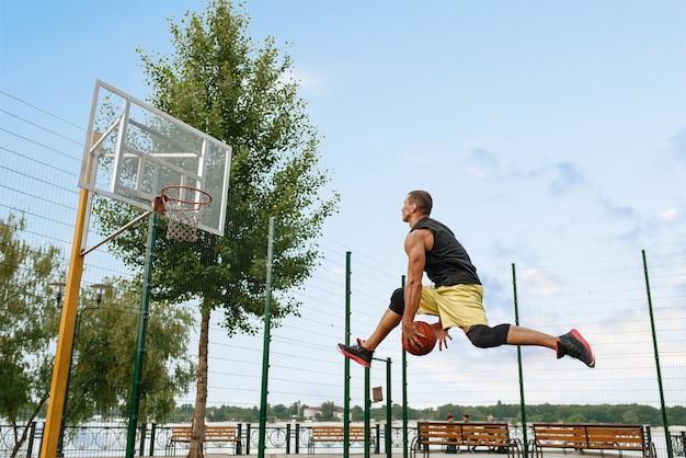 Basketballspieler macht einen wurf, schießt im sprung