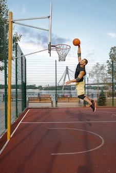 Basketballspieler schießt im sprung
