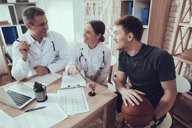 Basketballspieler sitzt in der klinik.