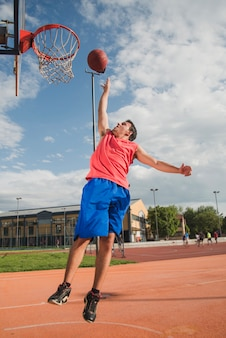 Basketballspieler springt in richtung backboard