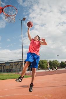 Basketballspieler springt zum ergebnis