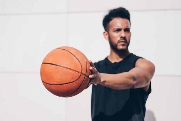 Basketballspieler vor einer wand