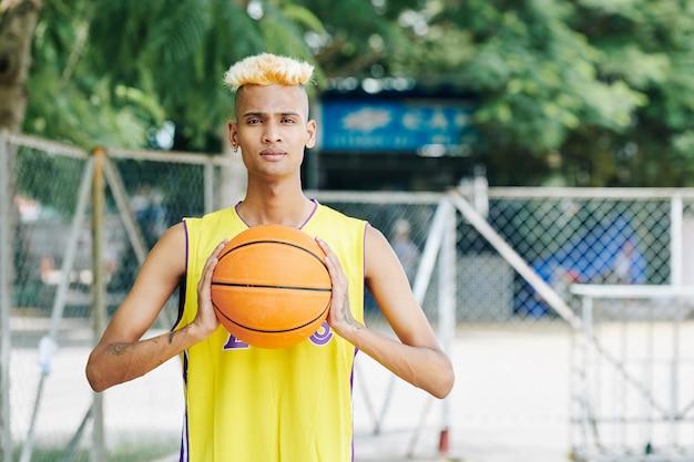 Basketballspieler wirft ball