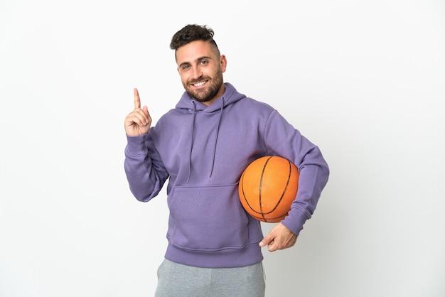 Basketballspielermann lokalisiert auf weißem hintergrund, der einen finger im zeichen des besten zeigt und anhebt