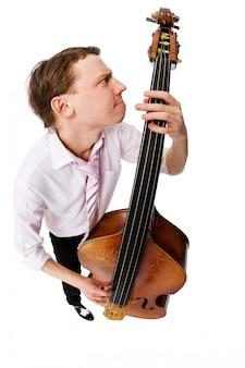 Bass-violenspieler auf weißem hintergrund