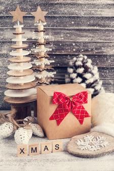 Bastelgeschenkbox, roter bogen, hölzerne weihnachtsbäume