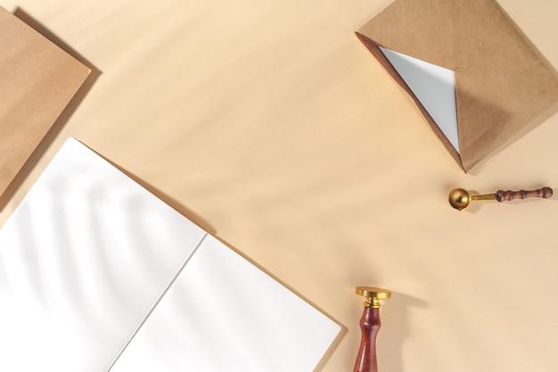 Bastelpapier brief auf beige draufsicht
