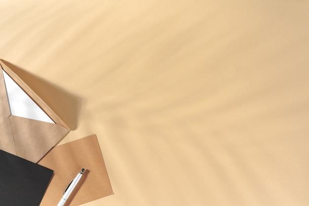 Bastelpapier brief auf beige hintergrund draufsicht