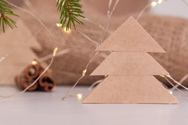 Bastelpapier in form eines weihnachtsbaumes.