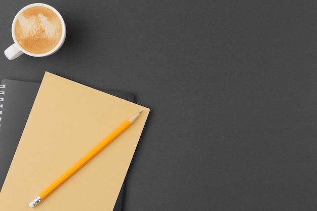 Bastelskizzenbuch mit bleistift auf schwarz