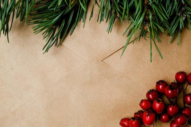 Bastelumschlag mit einem zweig vom weihnachtsbaum,