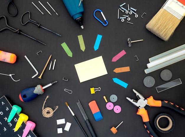 Bastelwerkzeuge auf tafel mit leerstelle in der mitte