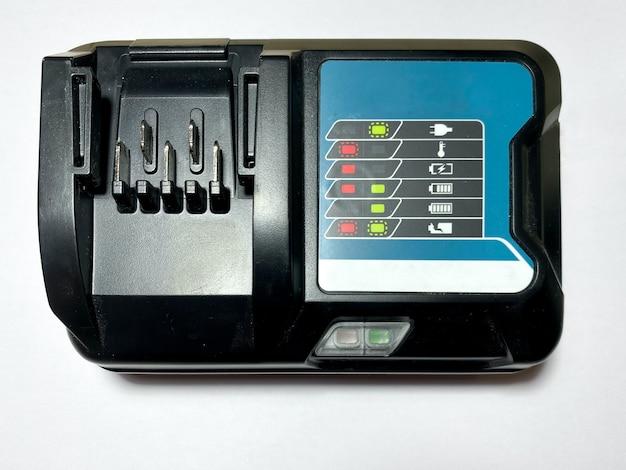 Batterieladegerät für einen schraubendreher auf einem weißen, isolierten hintergrund