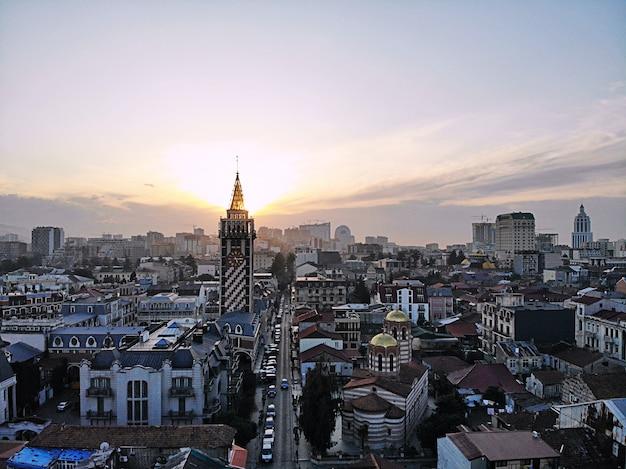 Batumi von oben. luftbild von der drohne. georgische küstenstadt. schöner stadtpanoramablick.