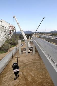 Bau einer brücke auf der autobahn