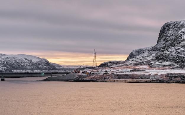Bau einer brücke im hohen norden. morgen arktischer blick auf die bucht